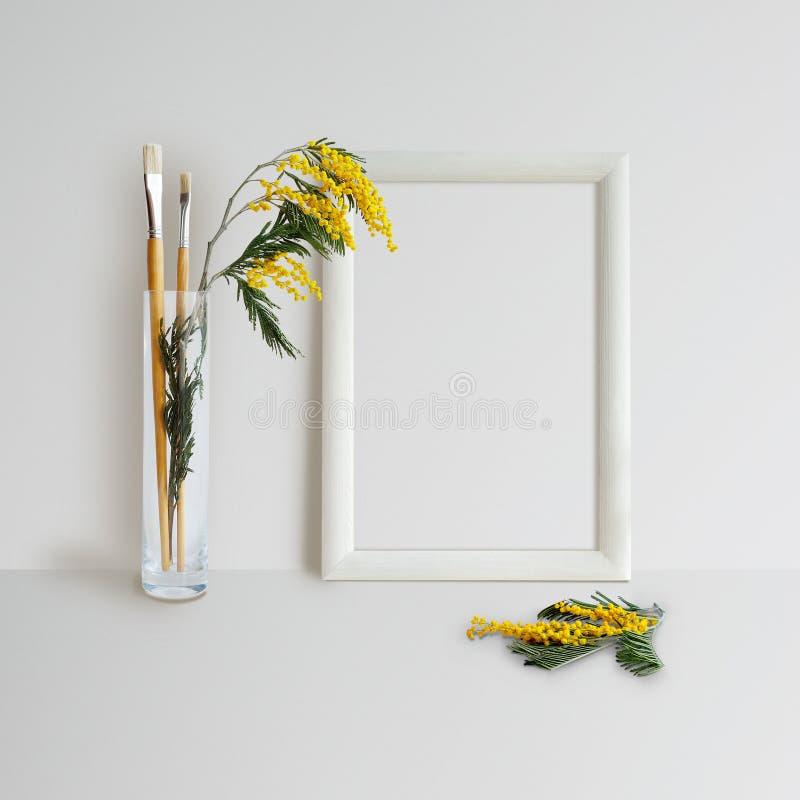 Rahmen-Spott oben mit Mimose stockfotos