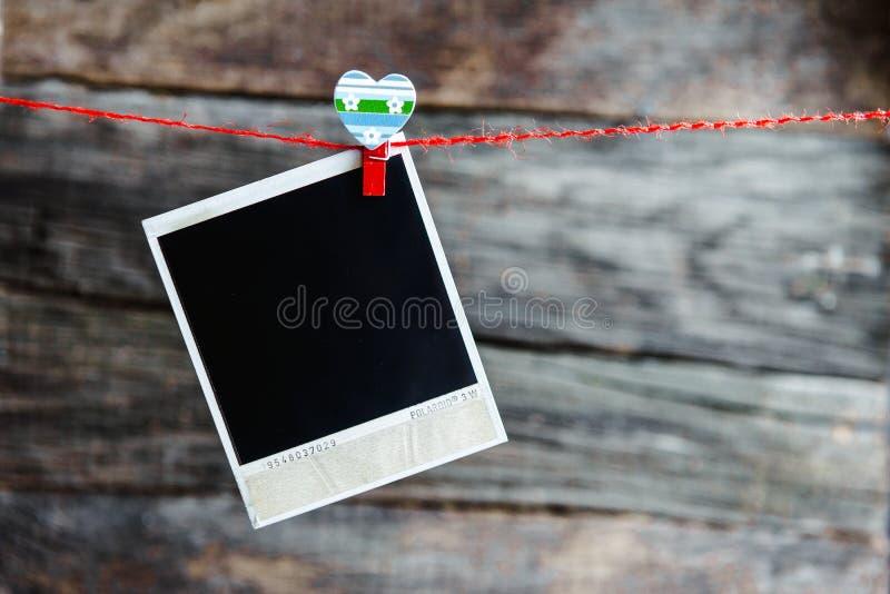 Rahmen und Herz mit einen polaroid Fotos für Valentinstag stockbild