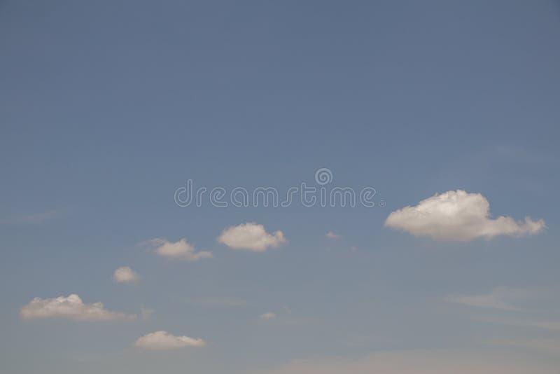 Rahmenhintergrund weißer der Wolke des blauen Himmels der Draufsicht voller schöner Tages stockfoto