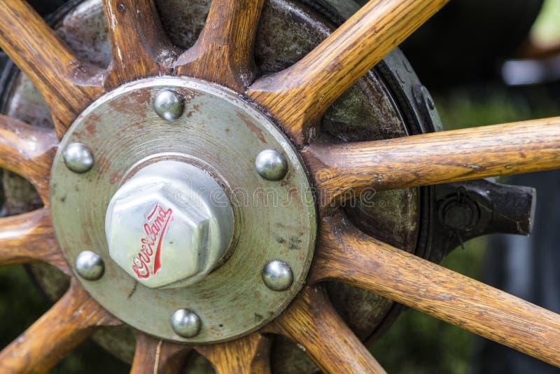 Rai 1920 en bois de hub sur terre de voiture de tourisme de Willys photos stock