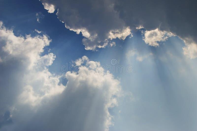 Raias atrás das nuvens 2 foto de stock