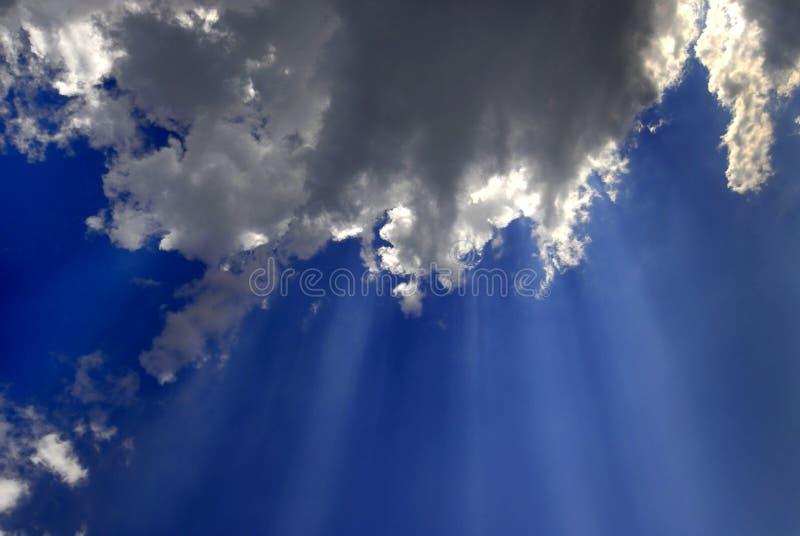 Raios de luz no céu azul fotografia de stock