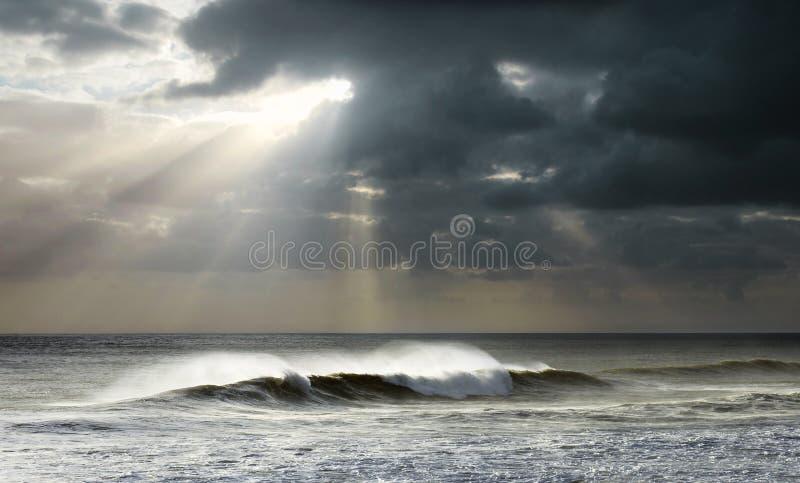 Raias de Sun no oceano fotografia de stock