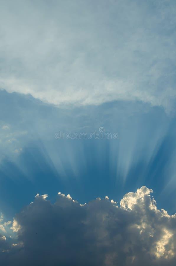 Raies optimistes de coucher du soleil derrière les nuages Lueur dans le ciel Symbole de lumière Belle sc?ne de nature photo stock