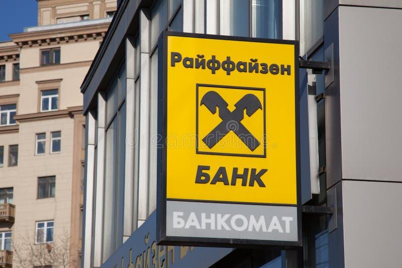 Raiffeisen-Logo auf Bank in Moskau in Russland lizenzfreie stockbilder