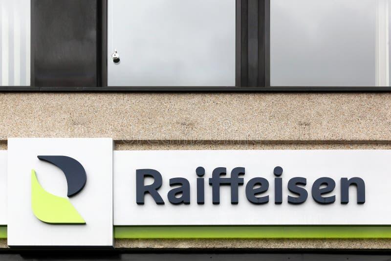 Raiffeisen-Logo auf einer Wand lizenzfreies stockfoto