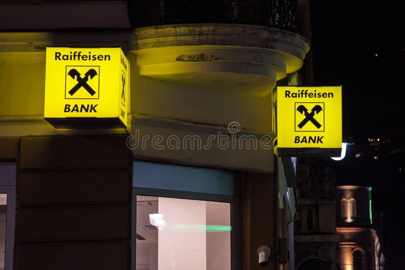Raiffeisen-Logo auf ihrer Hauptbank in Sarajevo, genommen nachts Raiffeisen ist eine österreichische Bank stockbilder