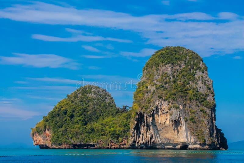 Railay和吨Sai在Krabi,泰国使石灰石岩层海岛靠岸 图库摄影