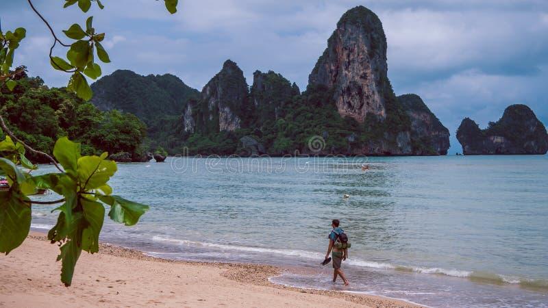 Railay海滩的孤独的旅客在Krabi泰国 聚会所 免版税库存图片