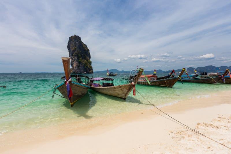 Railay strand med färgrika fartyg för lång svans i Krabi, Thailand in royaltyfri foto