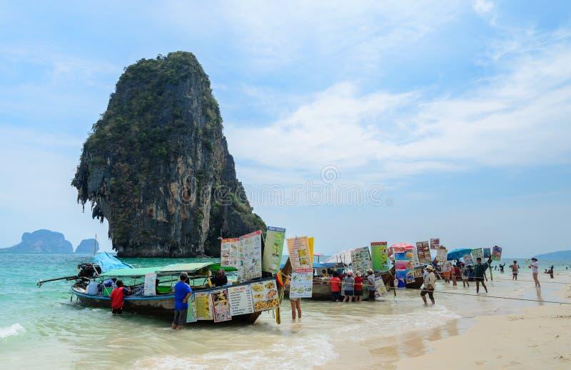 Railay-Strand mit hohen Kalksteinklippen in Krabi-Provinz, Thail lizenzfreies stockfoto