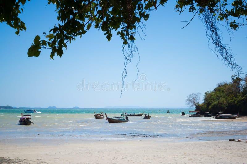 Railay, Tha?lande - 12 mai 2019 : Mar?e basse sur la zone orientale de la plage Les bateaux long-coupés la queue thaïlandais trad image stock