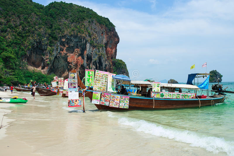 RAILAY THAILAND -, May 2016: Det turist- handels- fartyget för den långa svansen på den tropiska pranangstranden med kalksten vag arkivbilder