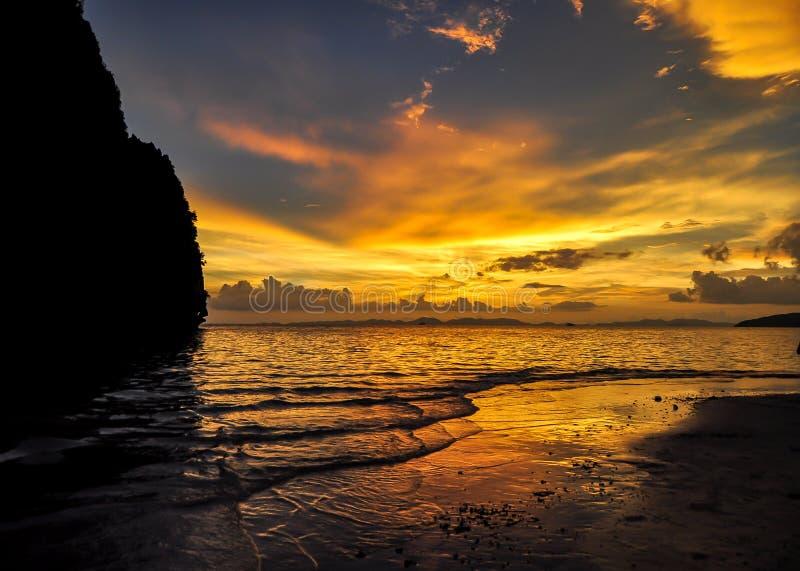 Railayzonsondergang van het strand stock afbeelding