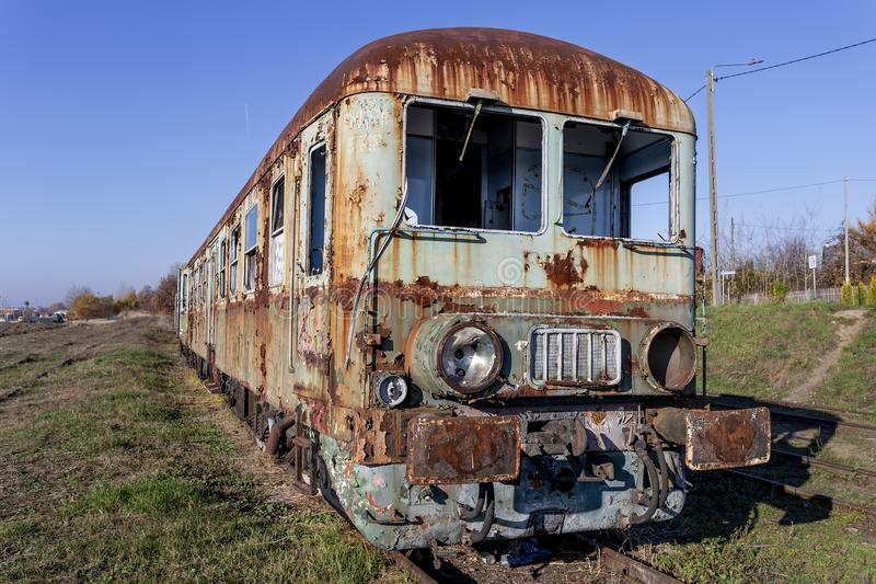 Railbus diesel abandonné SN61 avec des voitures photos libres de droits