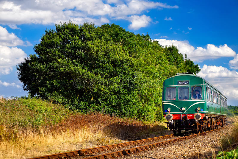 Railcar verde de la herencia en Norfolk en verano fotografía de archivo