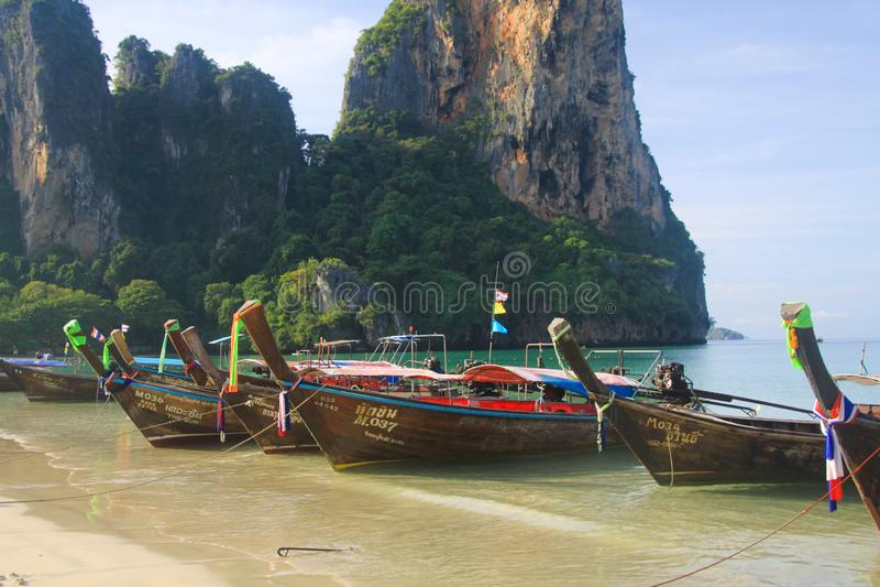 RAILEY KRABI, THAILAND - JANUARI 3 2017: Weergeven op afgezonderd strand met hoge steile kalksteenklippen en traditionele Thaise  royalty-vrije stock foto's