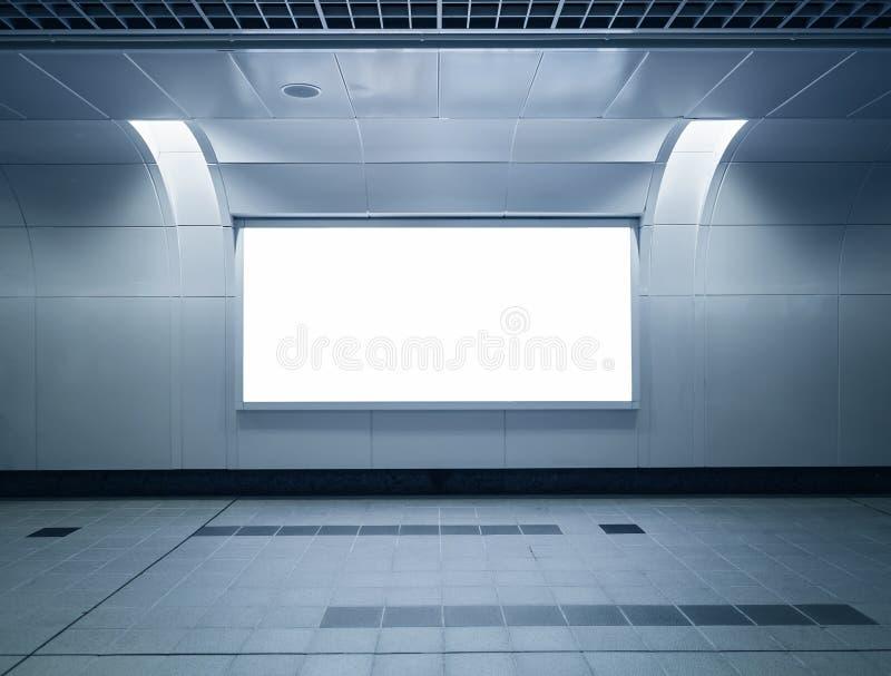Raillé vers le haut de la publicité de panneau d'affichage a raillé dans la station de métro images stock