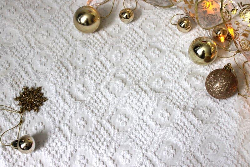 Raillez avec des ornements de Noël sur le fond blanc image libre de droits