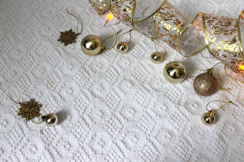 Raillez avec des ornements de Noël sur le fond blanc images stock
