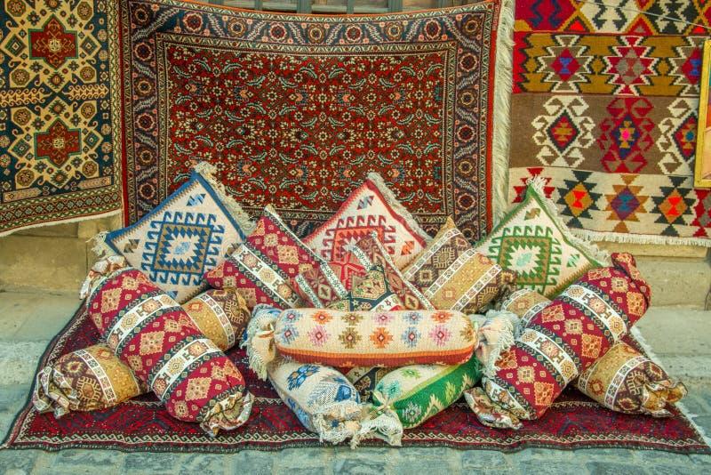 Raillez de beaucoup de tapis azéris colorés antiques précieux de laine et d'oreillers antiques faits à la main image stock