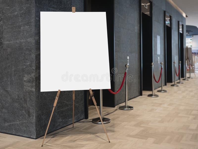 Raillez vers le haut de l'affiche vide sur le bâtiment d'intérieur d'ascenseur de support images stock
