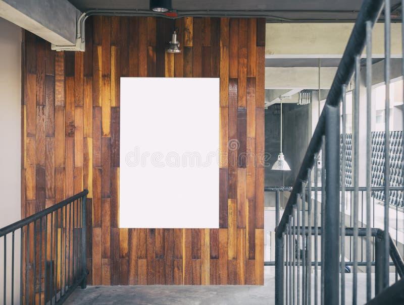 Raillez vers le haut de l'intérieur vide de grenier d'affichage de panneau de calibre d'affiche photographie stock
