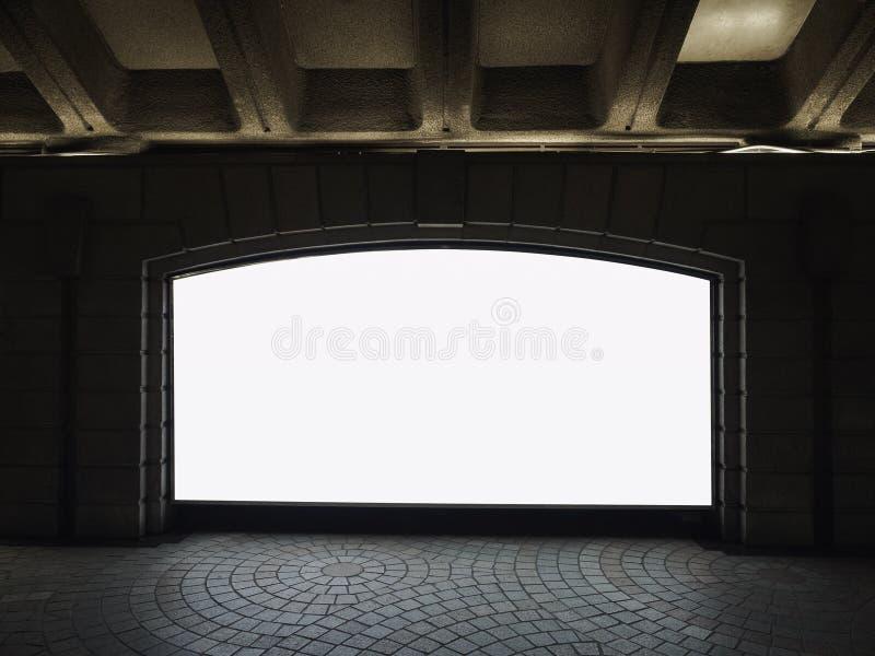 Raillez vers le haut de la station de métro d'intérieur de caisson lumineux de media de bannière vide photos libres de droits
