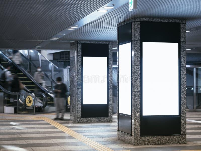 Raillez vers le haut des bannières vides en pe de tache floue d'édifice public photographie stock