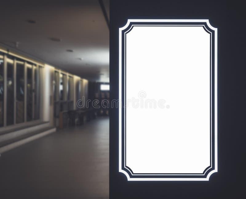 Raillez vers le haut du bâtiment d'intérieur de frontière de cadre de bannière de blanc de calibre de signe photos libres de droits