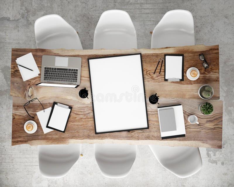 Raillez vers le haut du cadre d'affiche sur la table de conférence de réunion avec des accessoires de bureau et des ordinateurs p photo stock
