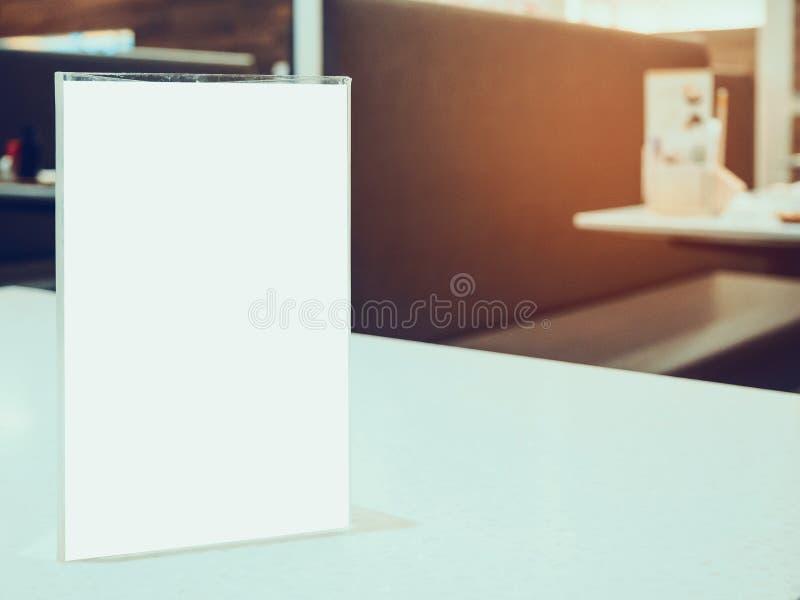 Raillez vers le haut du cadre de menu sur la table dans le restaurant de café photographie stock