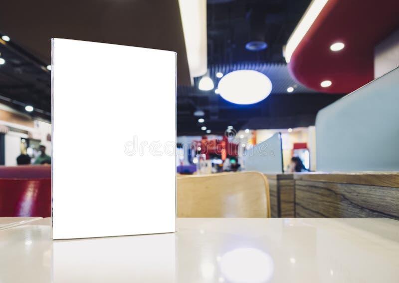 Raillez vers le haut du cadre vide de menu sur le Tableau en café de restaurant de barre images stock