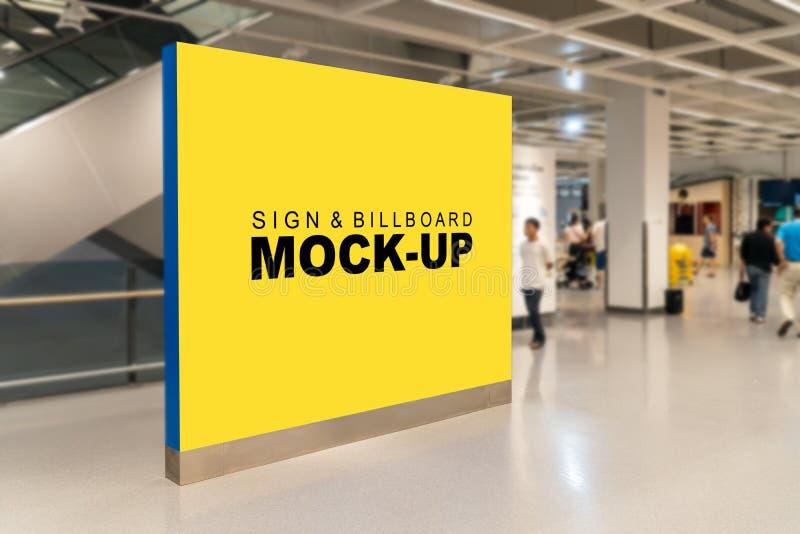 Raillez vers le haut du grand panneau d'affichage vide près de l'escalator photographie stock