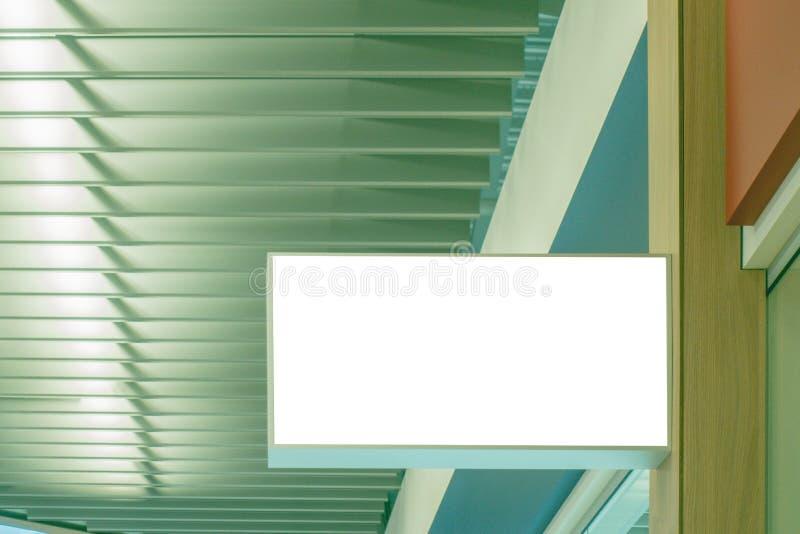 Raillez vers le haut du signage vide blanc rectangulaire horizontal du magasin, boutique dans le centre commercial image libre de droits