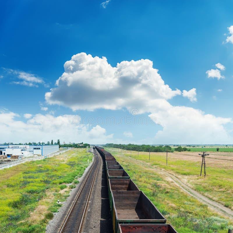 Railroad com vagões e as nuvens vazios no céu azul fotos de stock royalty free