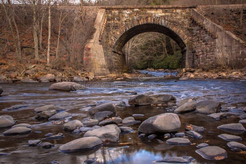 Railroad el tressel sobre el río reflexivo y bajo de Lehigh en último otoño imagen de archivo