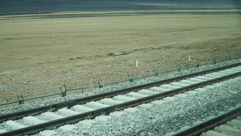 Railroad a estrada de ferro para o trem com alguma terra imagem de stock