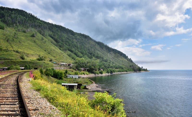 Railroad et a peu abondamment peuplé le village sur le rivage du lac Baïkal images stock