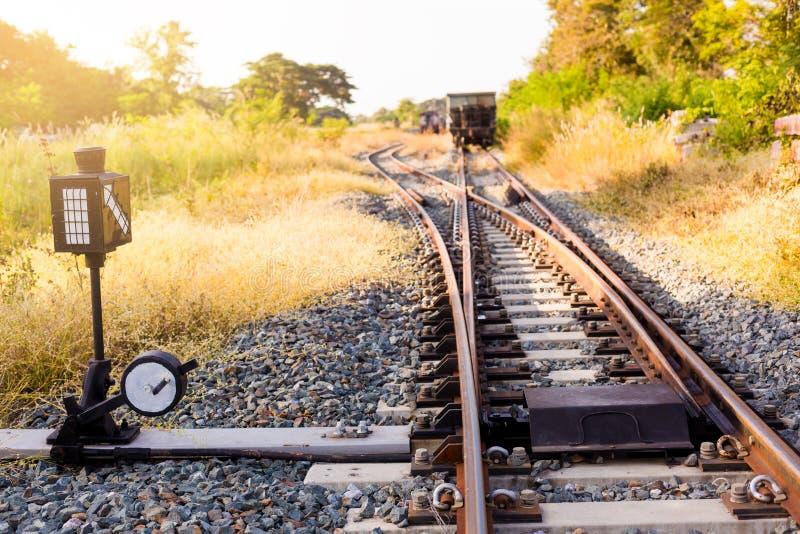 Railroad le commutateur avec le train dans le soleil de matin La conception de photographie stock libre de droits