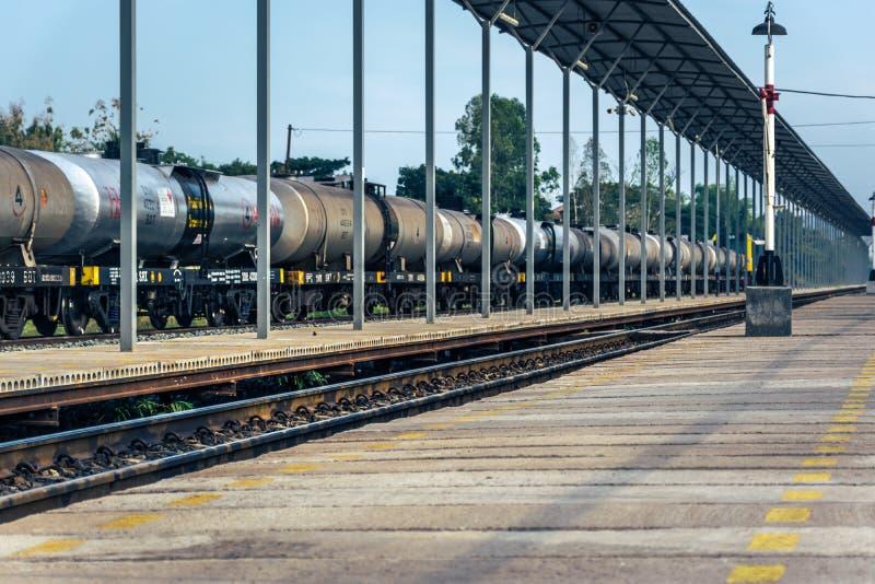 Railroad le transport des voitures de réservoir de stockage de pétrole à la station de train publique image libre de droits