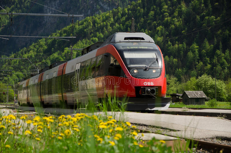 Railroad, treno di OBB, la stazione ferroviaria di Obertraun, Austria immagini stock