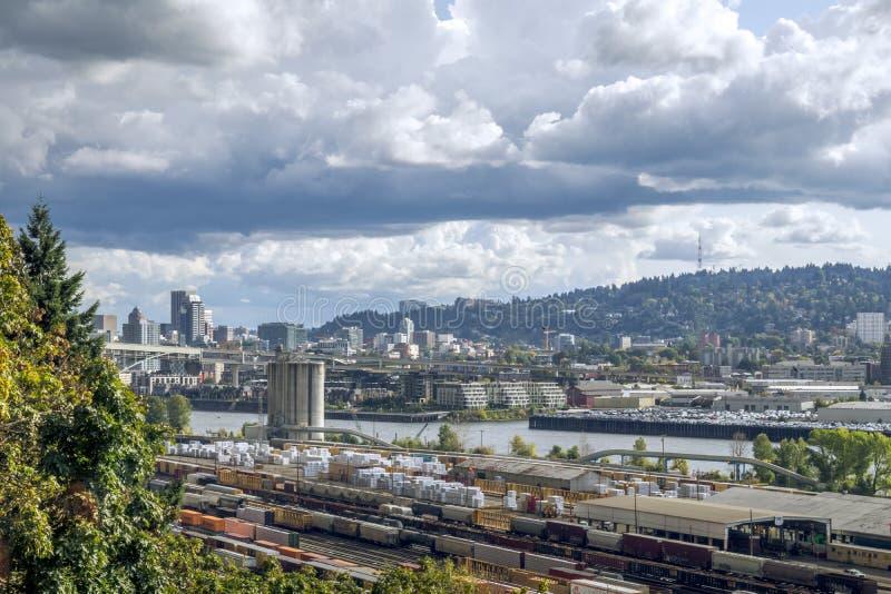 Railroad yard et Downtown Portlland, Oregon au loin photo libre de droits