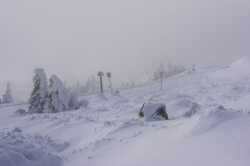 Rails à voie étroite dans la neige un jour brumeux sur le Brocken, Harz photos libres de droits
