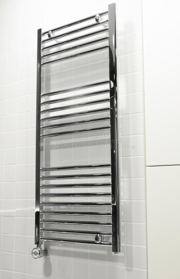 Rails de serviette ?lectriques de Chrome avec le thermostat Rails de serviette et radiateur ?lectriques de salle de bains dans la photos stock