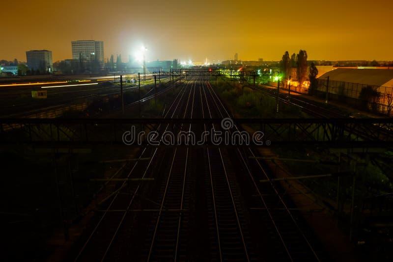 Rails de train la nuit photos stock
