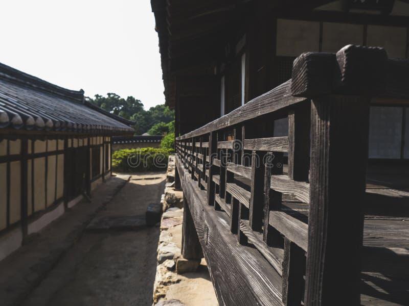 Rails en bois près de la maison dans le village traditionnel coréen photographie stock libre de droits
