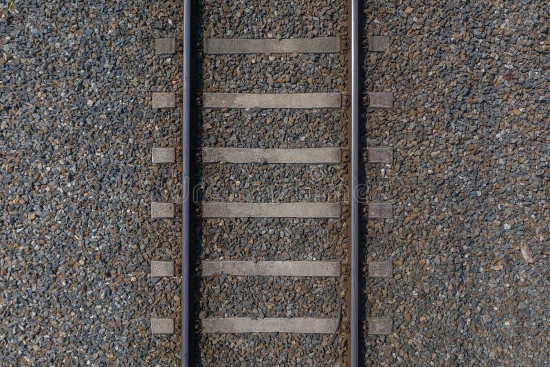 Rails ferroviaires avec des dormeurs sur la vue supérieure en gros plan de gravier photo stock