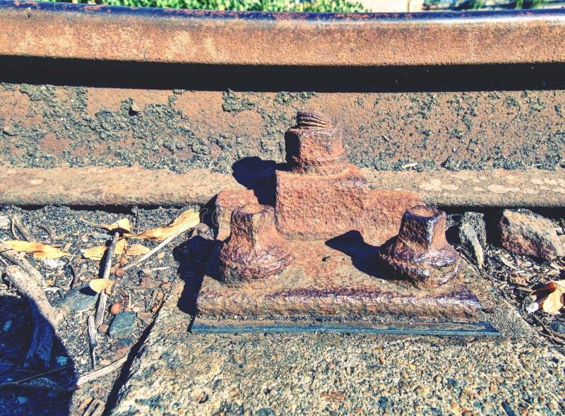 rails rostigt Målar ruttna gamla band för ruskig lukt med phenolasfalt arkivfoton