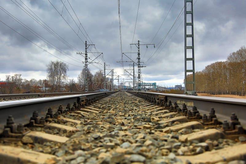 railways На заднем плане железнодорожный вокзал Пасмурный день, лес на праве, город в левой стороне стоковые изображения rf